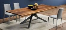 PECHINO LG to stół nierozkładany o wymiarach 200x106. Blat mebla jest uformowany z drewna w kolorze kory orzecha. Podstawa składa się z czterech nóg,...