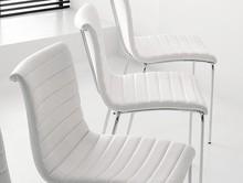 Krzesło, podstawa chromowana, malowana na aluminium lub kolor biały, siedzisko i oparcie obszyte wysokiej jakości prawdziwą skórą miękką, eko...