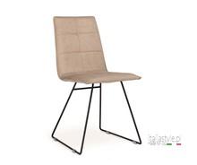 Krzesło IRIS ma tapicerowane siedzisko i oparcie w eko skórze SX lub NB lub w tkaninie. Krzesło ma metalowy stelaż w kształcie płoz....