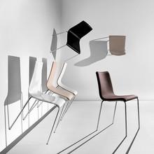 PASSEPARTOUT S-TS jest to krzesło o podstawie chromowanej lub metalowej malowanej na kolor aluminium oraz kolor biały. Stelaż tego krzesła,...