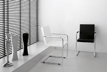 H5 L to włoski fotel do salonu, pokoju, a nawet restauracji. Posiada metalową, chromowaną podstawę, dwie efektownie się prezentujące płozy. Siedzisko i...