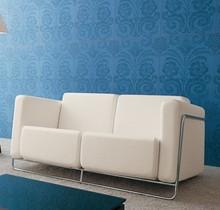 FLAT 2 to przepiękny włoski fotel stworzony z myślą o urządzeniu saloniku prasowego, baru lub eleganckiej poczekalni. Stelaż wykonany jest z metalu i...