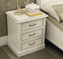 Włoska szafka nocna z kolekcji NOSTALGIA to marzenie każdego. W końcu jest ona wykonana z jesionu i była malowana na kolor biały z efektem mebla...