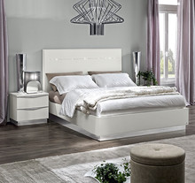 Sypialnia ONDA to nowoczesna włoska sypialnia. Na zdjęciu przedstawione jest łóżko z wezgłowiem lakierowanym o powierzchni spania 160/200cm z...