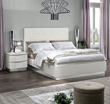Sypialnia ONDA to nowoczesna włoska sypialnia. Na zdjęciu przedstawione jest łóżko z wezgłowiem lakierowanym o powierzchni spania 180/200cm z...