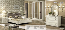 Stylizowane łóżko z kolekcji NOSTALGIA 180 wykonane z jesionu malowane na kolor biały z efektem mebla antycznego, które nadaje sypialni indywidualnego...