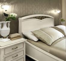Stylizowane łóżko z kolekcji NOSTALGIA 120 wykonane z jesionu malowane na kolor biały z efektem mebla antycznego, które nadaje sypialni...