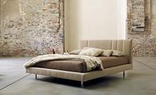 Włoskie łóżko KARMA wykonane zostało z wielowarstwowego drewna topolowego. Obszyte jest wysokiej jakości tkaninami i skórą, dzięki czemu prezentuje...