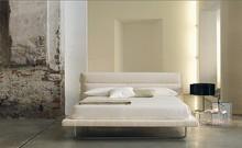 Włoskie łóżko AMON wykonane jest starannie z wielowarstwowego drewna topolowego. Posiada również szeroką paletę tkanin do obszycia ramy i wezgłowia....