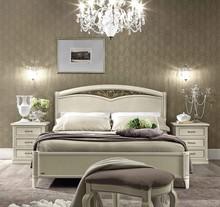 Stylizowane łóżko z kolekcji NOSTALGIA 140 wykonane z jesionu malowane na kolor biały z efektem mebla antycznego, które nadaje sypialni...