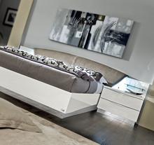 Sypialnia ONDA to nowoczesna włoska sypialnia. Na zdjęciu przedstawione jest łóżko z wezgłowiem tapicerowanym o powierzchni spania 180/200cm ....
