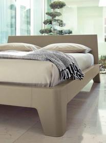 Włoskie łóżko STRING to nowość na rynku polskim, ale ma już wielu zadowolonych klientów. Rama oraz wezgłowie mebla wykonane są z drewna bukowego....