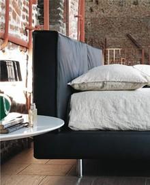 Piękne i wygodne włoskie łóżko TAGETE jest wykonane z wielowarstwowego drewna topolowego. Ponadto obszyte jest wysokiej jakości tkaninami i skórą....