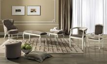 Stylizowana pufa z kolekcji NOSTALGIA wykonana z jesionu malowanego na kolor biały z efektem mebla antycznego, siedzisko tapicerowane jest eko skórą...