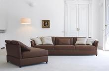 Włoska sofa TAO to mebel stylowy, przy czym posiada on formę tradycyjnej sofy. Jego poduszki siedziskowe wypełniono gęsim puchem i dacronem, a oparcie...