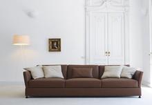 Sofa TAO to uniwersalny mebel stworzony z myślą zarówno o nowoczesnych, jak i tradycyjnych wnętrzach. Polecany do salonu, pokoi, jadalni. Włoska sofa...