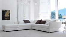 Narożnik TAO posiada uniwersalny styl pasujący do każdego rodzaju salonu czy pokoju. Ponadto wypełniono jego oparcie gęsim puchem a siedzisko gęsim...
