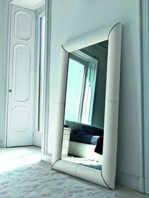 Lustro TULLE to nowość na rynku polskim. Rama lustra obszyta została skórą naturalną.  Do lustra można dokupić: łóżko w 2 wymiarach,...
