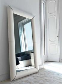 Lustro TULLE to nowość na rynku polskim. Rama lustra obszyta została skórą naturalną.<br /><br /> Do lustra można dokupić:...