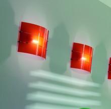 Kinkiet RAY posiada elementy metalowe, chromowane oraz dolne części podstaw ze stali szczotkowanej matowej. Klosze lamp szklane w kolorach: pomarańczowym i...