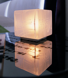 GEISHA to lampa sufitowa lub ścienna, która posiada elementy metalowe satynowane, matowe. Klosz kinkietu szklany wydmuchiwany naturalnie, ręcznie zdobiony....