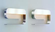Kinkiet montowany do ściany, obudowa metalowa dostępna w kolorze: chrom lub malowana na biało,czerwono czy czarno. Klosz szklany, biały. Rodzaj...