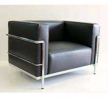 Fotel LC 3 wykonany wg projektu słynnego projektanta Lc Corbusier. Stelaż fotela wykonany jest z rur stalowych, chromowanych lub...