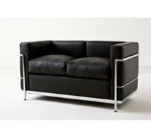Sofa LC 2 wykonana wg projektu słynnego projektanta Lc Corbusier. Stelaż sofki wykonany jest z rur stalowych, chromowanych lub...