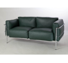 Sofa Grand Confort wykonana wg projektu słynnego projektanta LC Corbusier. Stelaż sofki wykonany jest z rur stalowych, chromowanych...