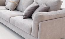 Włoska sofa ZENO to mebel jedyny w swoim rodzaju. Posiada on wypełnienie poduszek siedziskowych z pianek poliuretanowych oraz wzmocnienie w postaci pasów...