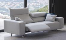 Włoska sofa PLAY posiada w standardzie mechanizm rozkładania zagłówków oraz regulowania siedziska. Pozwalają one na wygodne siedzenie na sofie i tym...