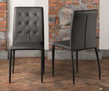 Krzesło Alba z ozdonymi guzikami na oparciu i lekko profilowanymi nogami z tyłu krzesła. Krzesło w całości tapicerowane w trzech kolorach eko...