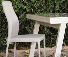 Krzesło FIONA w całości tapicerowane w eko skórę. Oparcie jest profilowane. Krzesło dostępne jest w trzech kolorach.<br...