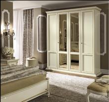 Włoska szafa 4-drzwiowa z kolekcjiTREVISO NIGHTwykonana z jesionui malowana na kolor biały z efektem mebla antycznego,lub na kolor...