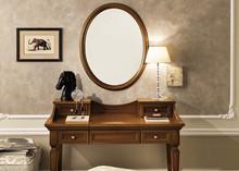 Włoskie owalne lustroTREVISO NIGHT, którego rama została wykonana z jesionu w kolorze białym z efektem mebla postarzanego, lub wybarwiana na...