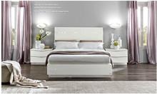Sypialnia ONDA to nowoczesna włoska sypialnia. Na zdjęciu przedstawione jest łóżko z wezgłowiem lakierowanym o powierzchni spania 140/200cm z...