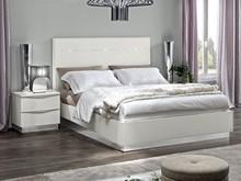 Sypialnia ONDA to nowoczesna włoska sypialnia. Na zdjęciu przedstawione jest łóżko z wezgłowiem lakierowanym o powierzchni spania 140/200cm . Meble...