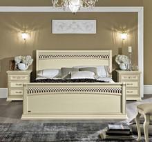 Na zdjęciu zaprezentowane jest łóżko TORRIANI TIZIANOopowierzchni spania 160/200cm z ozdobnym przodem i ozdobnym...