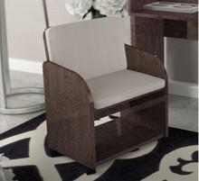 Fotel PRESTIGE UMBER wykonany z płyty MDF. Jest lakierowany na wysoki połysk w kolorze bursztynowego brązu. Siedzisko i oparcie tapicerowane beżową...