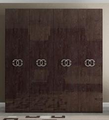 Szafa4 - drzwiowa PRESTIGE UMBER w kolorze bursztynowego brązu z płyty MDF. Szafa w całości lakierowana na wysoki połysk, a wnętrze...
