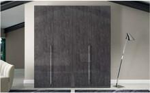 Szafa 4-drzwiowa z kolekcjiSARAH GREY wykonanaz płyty MDF. Wszystkie boki i fronty są lakierowane na wysoki połysk w kolorze szarej...