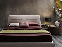 """"""" Dylan """" to włoskie łóżko w stylu nowoczesnym. Wysokie wezgłowie jest ozdobnie przeszyte poziomo. Rama łóżka wykonana jest z..."""
