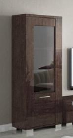 Witryna 1-drzwiowa PRESTIGE MODERN wykonana z płyty MDF z frontem szklanym. Witryna jest lakierowana na wysoki połysk w kolorze bursztynowego brązu z...