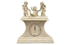 Pełen uroku zegar ozdobiony uroczymi aniołkami będzie wyjątkową ozdobą w każdym wnętrzu. Świetnie sprawdzi się na komodzie, kominku oraz w wielu...