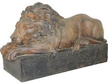Posąg lwa to często występujący w architekturze element ozdobny. Miniaturka w formie domowej figurki to idealna ozdoba do wnętrza, w którym mieszkamy...