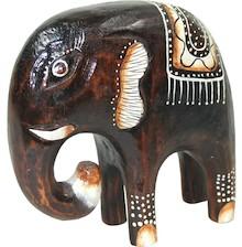 Drewniana figura przedstawiająca potężnego słonia. Zwierzę udekorowane plemiennymi malunkami prezentuje się szykownie i znakomicie.