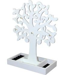 Bardzo ciekawy przedmiot ozdobny, w formie białego, rozgałęzionego drzewka. Liczne haczyki służą do wieszania biżuterii, a dolne korytko pozwala na...