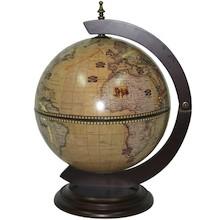 To niewielkich rozmiarów barek globus, wykończonyw brązowo-szarej kolorystyce, może sprawić, że w nawet niewielkim wnętrzu zapanuje podróżnicza...