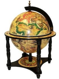 Ten zgrabny stojący barek to bardzo oryginalny element dekoracyjny. Wyróżnia się niespotykaną mapą świata w jasnej kolorystyce. Dodatkowym atutem jest...