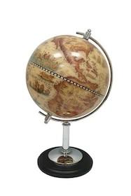 To klasyczny globus, wsparty na jednej metalowej nodze z okrągłą podstawą.  Średnica kuli 22 cm.